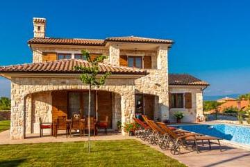 Luxus villen mit pool auf der insel krk aurea for Immagini di entrate di ville